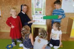 nauczyciel-uczy-dzieci-pazdziernik_2020-14